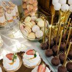 candy bar białystok rustykalny biało-złoty - makaroniki, cake poopsy i mini-pavlova