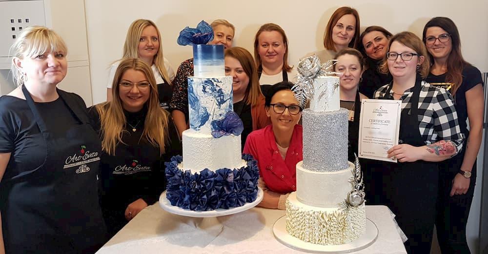 szkolenia cukiernicze - grupowe z tortem biało-niebieskim