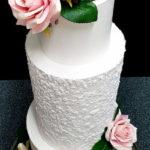 torty bialystok - biały tort weselny z kwiatami