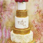 torty bialystok - weselny złoto-biały z różowymi kwiatami