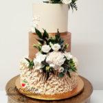 torty bialystok - weselny biało-złoty z kwiatami i topperem love