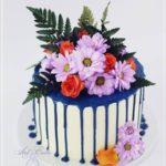 torty okolicznościowe białystok - biało-niebieski drip z kwiatami