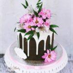 torty okolicznościowe białystok - brązowo-biały drip z różowymi kwiatami