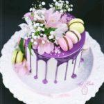 torty okolicznościowe białystok - biało-fioletowy drip z kwiatami i makaronikami