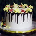 torty okolicznościowe białystok - biało-brązowy drip z owocami i kwiatami